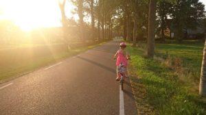Kind auf Fahrrad 300x168 - NEU: GPS-Geräte für Fahrräder im Test & Vergleich