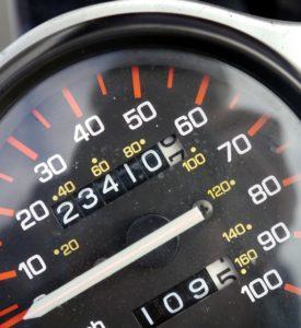 Tacho 275x300 - NEU: GPS-Geräte für LKW im Test & Vergleich